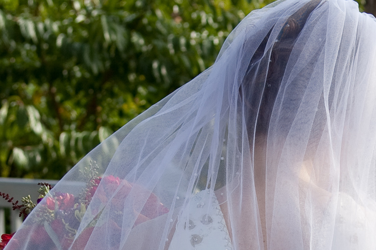 Veil and bouquet, fot. Lars Plougmann (flickr), CC BY-SA 2.0
