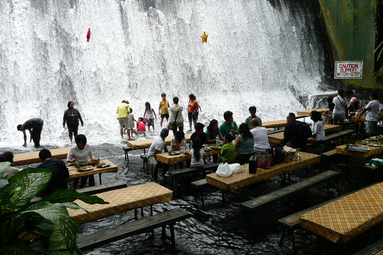 The Labassin Waterfall Restaurant, fot. zedfrx | CC BY-NC 2.0
